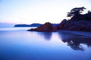 浦富海岸の夜明けの写真素材 [FYI03839849]
