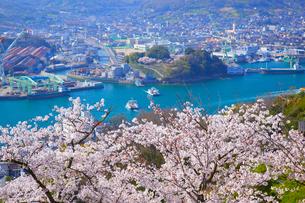 桜の千光寺公園と尾道水道の写真素材 [FYI03839904]