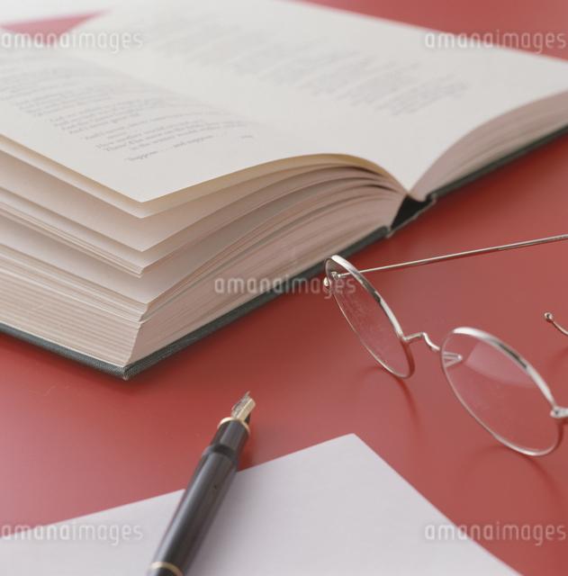本と眼鏡と万年筆の写真素材 [FYI03840026]