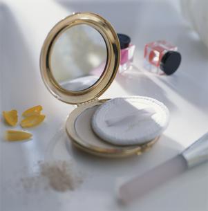 コンパクトと化粧品の写真素材 [FYI03840028]