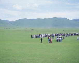 草原の見物客 中央県 モンゴルの写真素材 [FYI03840029]