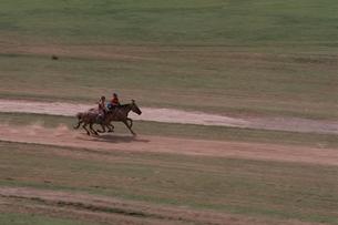 2人の子供の競馬 ナーダム モンゴルの写真素材 [FYI03840033]