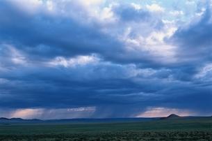 雨雲 モンゴルの写真素材 [FYI03840038]