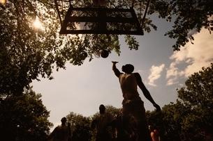 バスケットボールをする少年   ニューヨーク アメリカの写真素材 [FYI03840184]