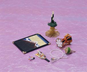 羽子板や門松などの小物 正月イメージの写真素材 [FYI03840337]