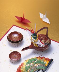 屠蘇器と扇子と折り鶴の写真素材 [FYI03840378]
