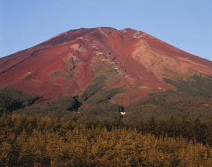 滝沢林道と赤富士 山梨県の写真素材 [FYI03840417]