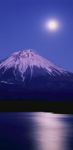 夕月と富士山 富士宮市 静岡県の写真素材 [FYI03840420]