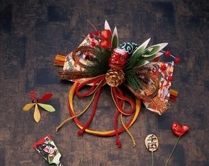 ミニ羽子板と正月飾りの写真素材 [FYI03840427]