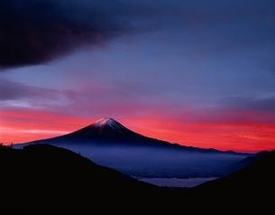 朝焼けの富士    河口湖町御坂峠 山梨県の写真素材 [FYI03840440]