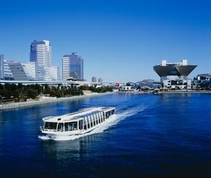 有明ビッグサイトの水上バスと青空 江東区 東京都の写真素材 [FYI03840523]