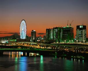 観覧車と富士山夜景の写真素材 [FYI03840635]