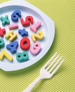 皿の上の数字とフォークの写真素材 [FYI03840638]