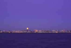 東京湾越しのお台場と満月の写真素材 [FYI03840758]
