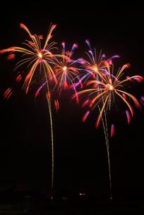 常総きぬ川花火大会 割物連発点滅芯変色八方菊の写真素材 [FYI03840788]