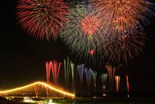 常総きぬ川花火大会 ナイアガラ富士と10ヶ所一斉打ちの写真素材 [FYI03840791]