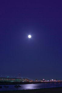 首都高速道路と満月と荒川の写真素材 [FYI03840809]