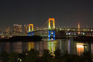 レインボーブリッジ スペシャルライトアップと東京タワーの写真素材 [FYI03840840]
