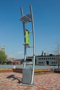 太陽光発電と風力発電のハイブリッド街灯の写真素材 [FYI03840886]