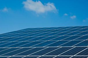 太陽光発電のソーラーパネルと青空の写真素材 [FYI03840958]