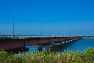 青空と霞ヶ浦大橋の写真素材 [FYI03840960]