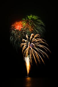 あゆみ祭りの湖上打上花火 スターマインの写真素材 [FYI03840965]