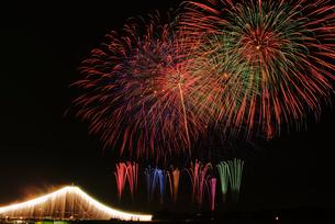 常総きぬ川花火大会 ナイアガラ富士とワイドスターマインの写真素材 [FYI03840975]