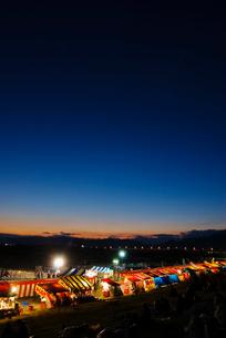 長野えびす講煙火大会 夜店と開催前の夕焼け空の写真素材 [FYI03841006]