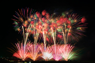 常総きぬ川花火大会 絢爛豪華なハナビリュージョンの写真素材 [FYI03841105]