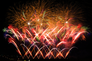 常総きぬ川花火大会 絢爛豪華なハナビリュージョンの写真素材 [FYI03841108]