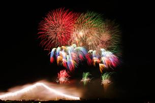 常総きぬ川花火大会 ナイアガラ富士とオープニングスターマインの写真素材 [FYI03841111]