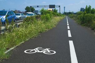 青空に自転車歩行者道路の写真素材 [FYI03841115]