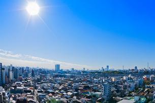 都会を走る新幹線の写真素材 [FYI03841178]
