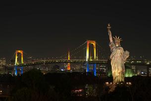 レインボーブリッジと自由の女神と東京タワー夜景の写真素材 [FYI03841203]