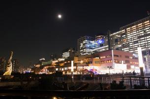 満月のアクアシティお台場と自由の女神夜景の写真素材 [FYI03841206]