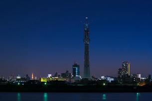 新旧電波塔 東京スカイツリーと東京タワー夜景の写真素材 [FYI03841207]