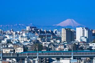 東京からの富士山と東北新幹線はやぶさE5系の写真素材 [FYI03841216]