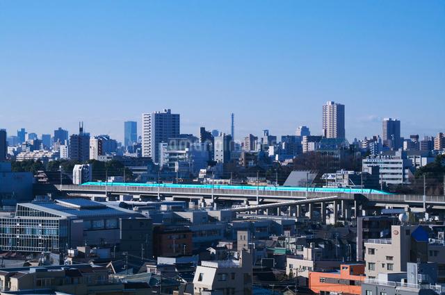 東京を走る東北新幹線はやぶさE5系と街並みの写真素材 [FYI03841217]