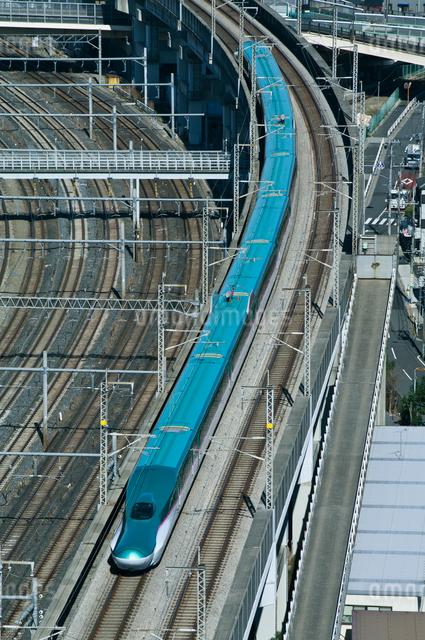 東京を走る東北新幹線はやぶさE5系の写真素材 [FYI03841218]