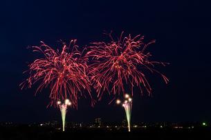 とりで利根川花火大会のダブルスターマインの写真素材 [FYI03841229]