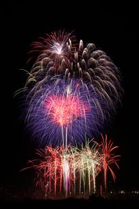 とりで利根川花火大会のワイドスターマインの写真素材 [FYI03841230]