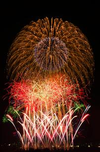 とりで利根川花火大会のワイドスターマインの写真素材 [FYI03841242]