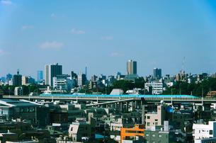 東京を走る東北新幹線はやぶさE5系の写真素材 [FYI03841248]