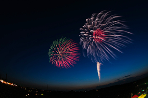 常総きぬ川花火大会で夕暮れに打上花火の写真素材 [FYI03841250]