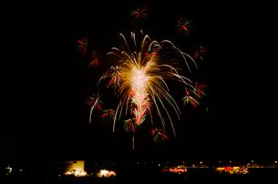 土浦全国花火競技大会の創造花火カラフル万華鏡の花の写真素材 [FYI03841379]