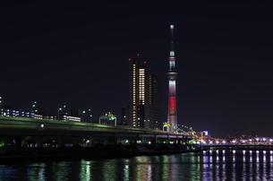 汐入から隅田川と東京スカイツリー(キャンドルツリー)夜景の写真素材 [FYI03841420]