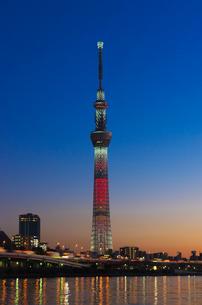 東京スカイツリー(キャンドルツリー)と隅田川と首都高暮色の写真素材 [FYI03841431]