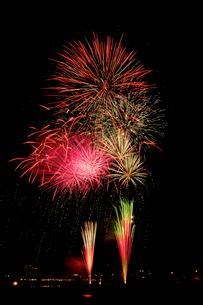 鹿沼市さつき祭り協賛花火大会のダブルスターマインの写真素材 [FYI03841468]