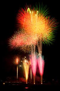 鹿沼市さつき祭り協賛花火大会のワイドスターマインの写真素材 [FYI03841477]
