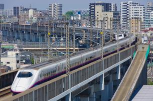 東京を走る上越新幹線・東北新幹線E2系はやて型の写真素材 [FYI03841486]
